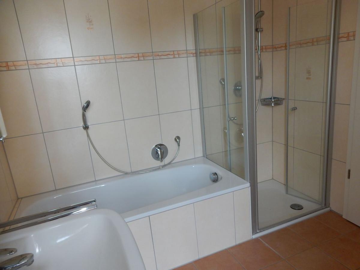 mit Dusche und Badewanne